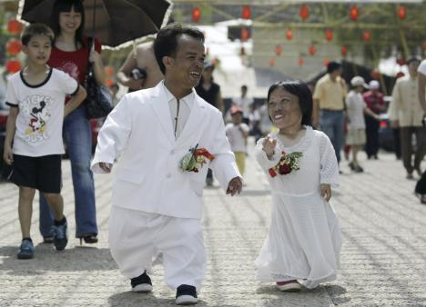 Midget Li Tangyong (2nd L) 33, and his fiancee Chen Guilan (R) 28 attend a mass wedding ceremony rehearsal on a farm in Foshan, south China's Guangdong province October 5, 2007.Li, who is 1.1metres tall (3.6 feet), and Chen, who is 0.7 metres-tall (2.3 feet), participated in the rehearsal with 21 other couples.They will get married later this year, local media reported.Picture taken October 5, 2007.REUTERS/Joe Tan (CHINA) CHINA OUT *** Local Caption ***